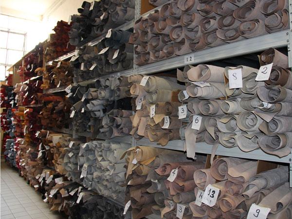 esposizione-pelli-per-calzatura-e-pelletteria-nel-nostro-showroom-vendita-pelli-all'ingrosso